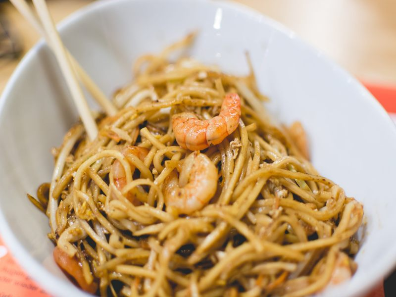 Tasty Hand-Pulled Noodles fideos fritos con gambas